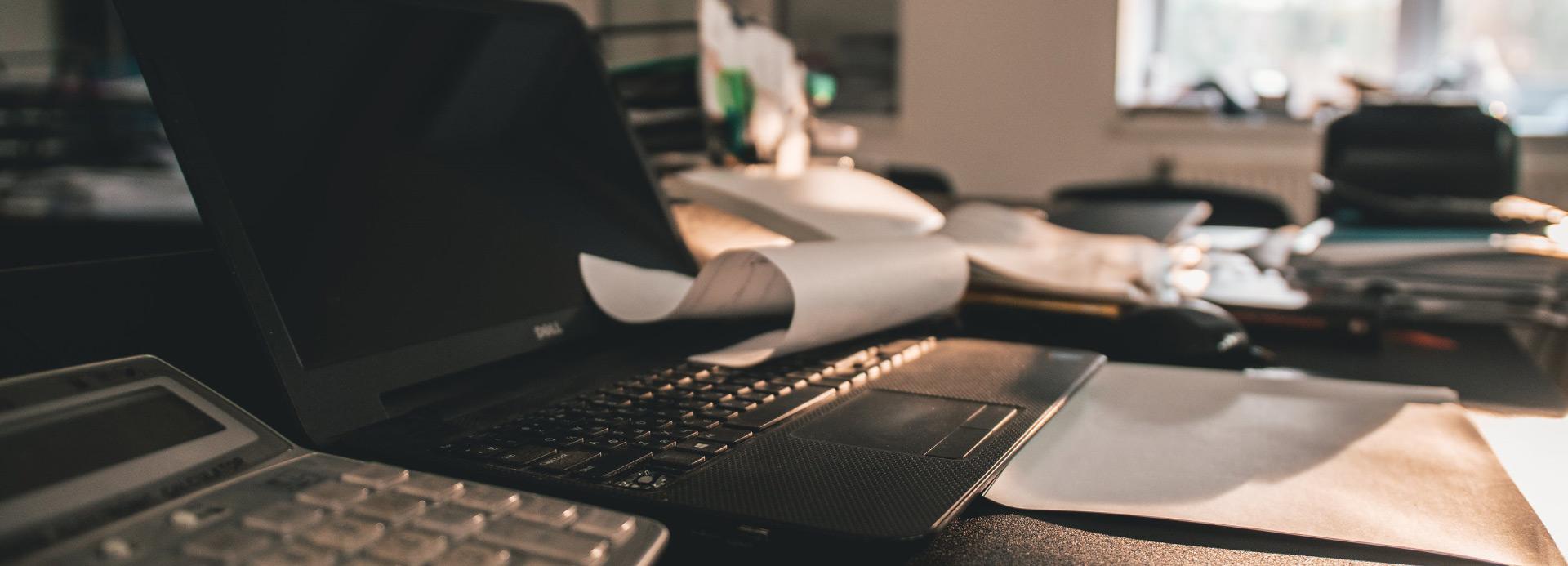 Foto Schreibtisch mit Laptop