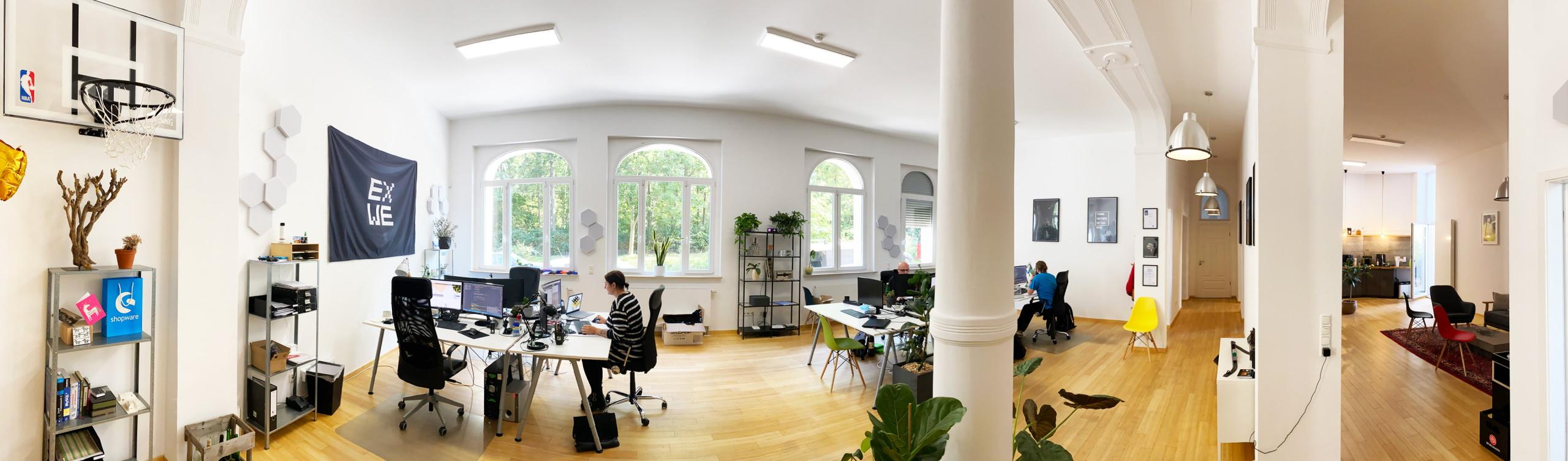 Foto Mitarbeiter am Schreibtisch EXWE E-Commerce Agentur