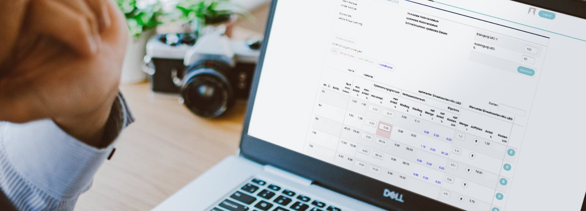 Foto am Laptop für Software Entwicklung
