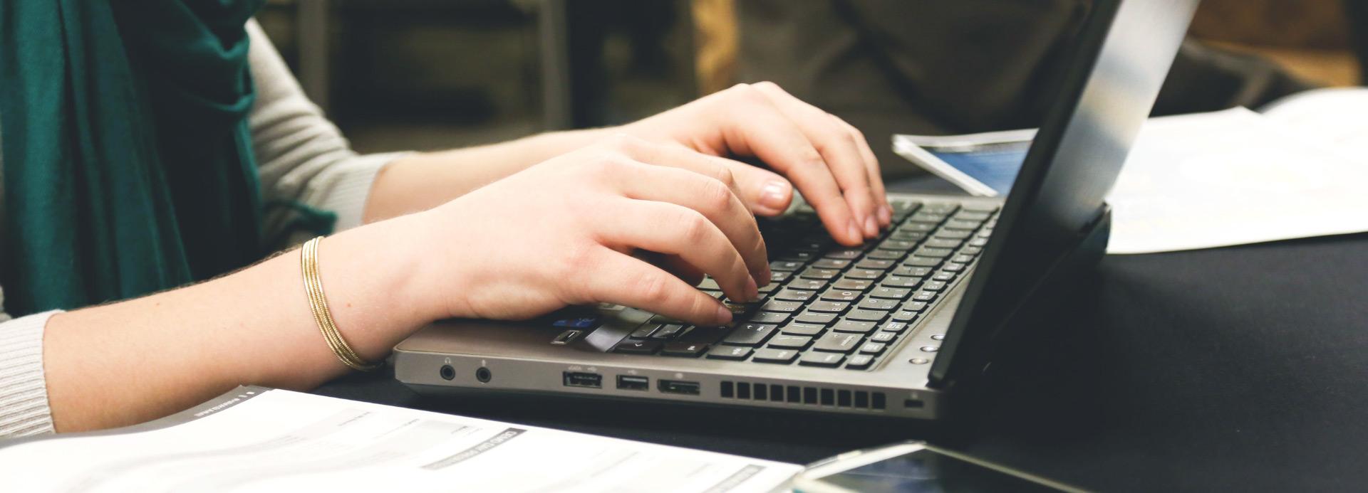 Foto Arbeiten am Laptop zur Digitalisierung / Digital Consulting